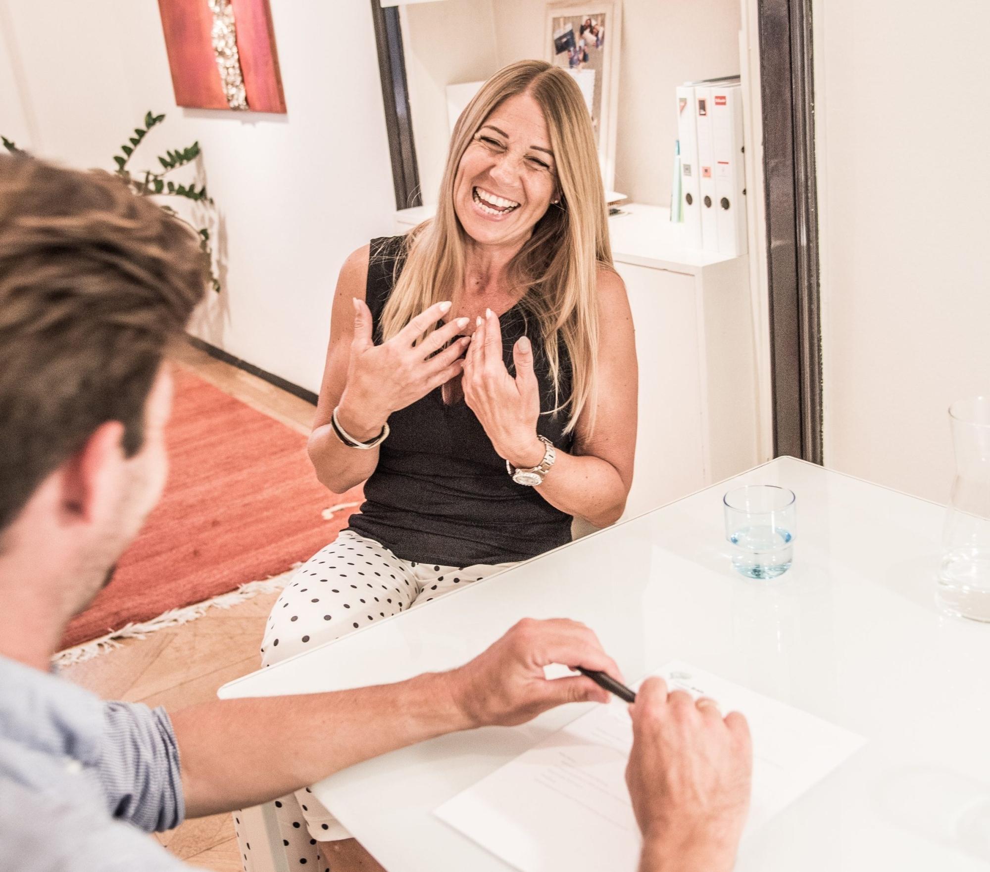 Die Abbildung zeigt Stefan Schwarz bei der Arbeit mit einer Frau. Seine Mission ist das Wohlbefinden der Kundin, die gerade an einer kinesiologischen Sitzung teilnimmt.